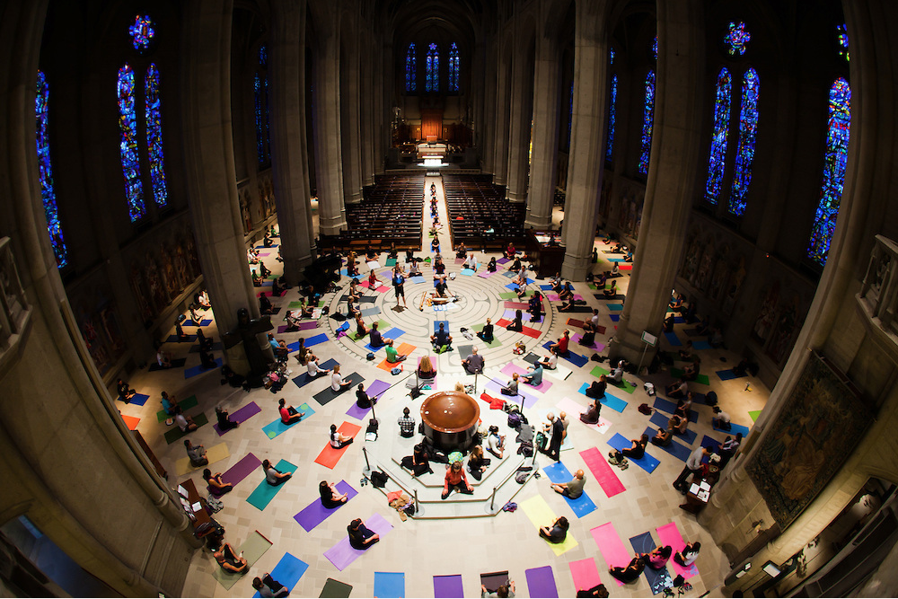 Image Credit: http://wari.cat, yoga at Grace Cathedral in San Francisco on the labyrinth